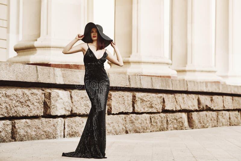 Belle dame dans la robe de luxe sur la rue image stock