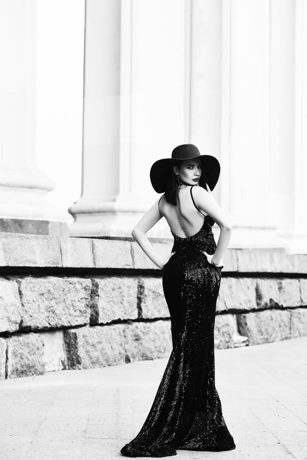 Belle dame dans la robe de luxe sur la rue image libre de droits