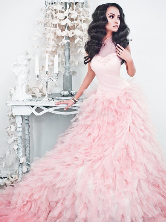 Belle dame dans la robe magnifique de couture dans l'intérieur blanc images libres de droits