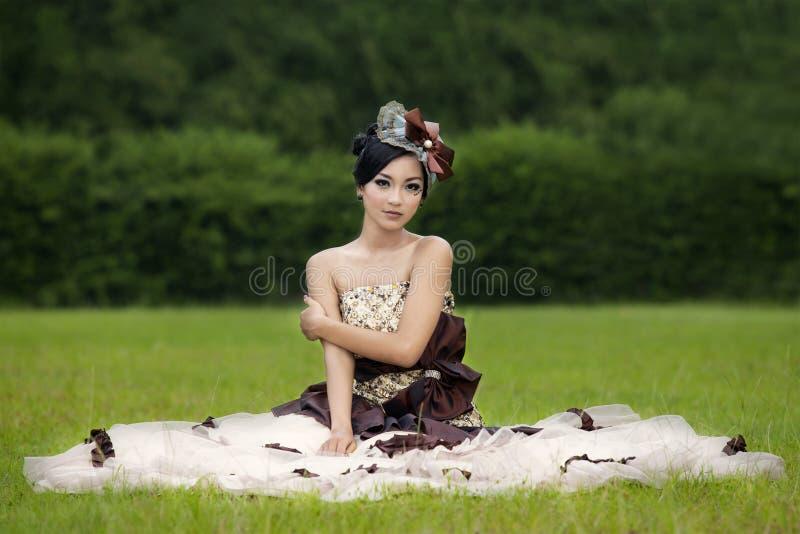 Belle dame dans la robe sur le champ vert photos libres de droits