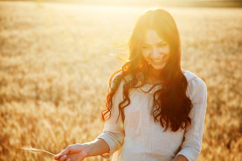 Belle dame dans le domaine de blé photos stock