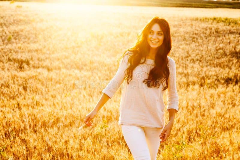Belle dame dans le domaine de blé photo stock