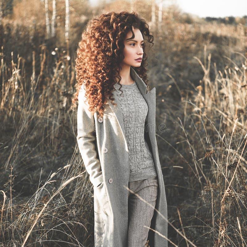 Belle dame de mode dans le paysage d'automne photographie stock