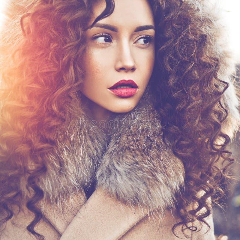 Belle dame de mode dans le paysage d'automne photo libre de droits