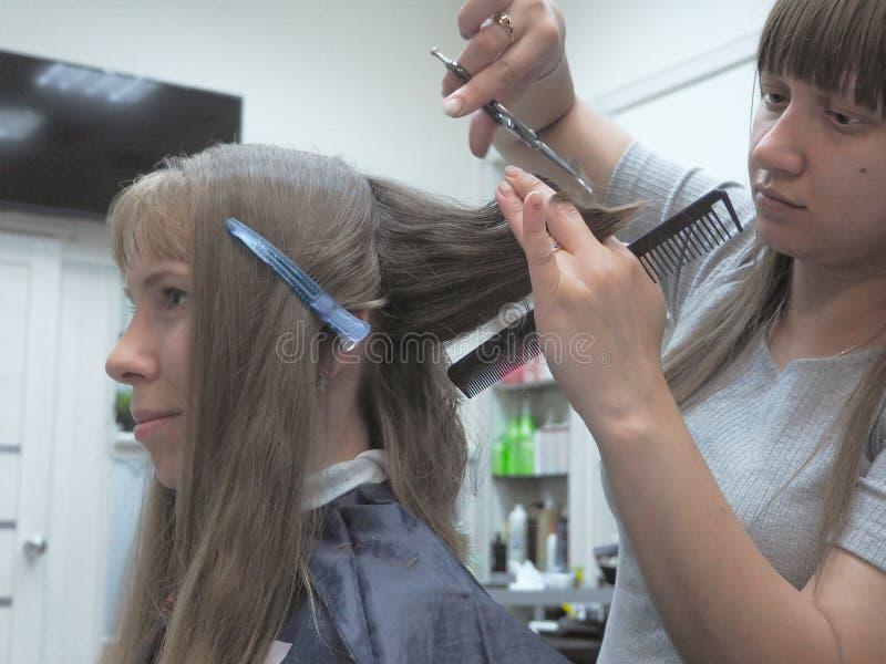 Coupe de cheveux pour hommes dans le salon Г saint-pГ©tersbourg