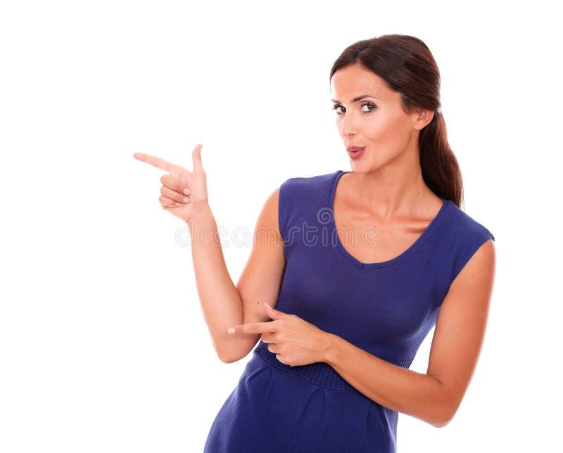Belle dame hispanique indiquant sa droite photo libre de droits