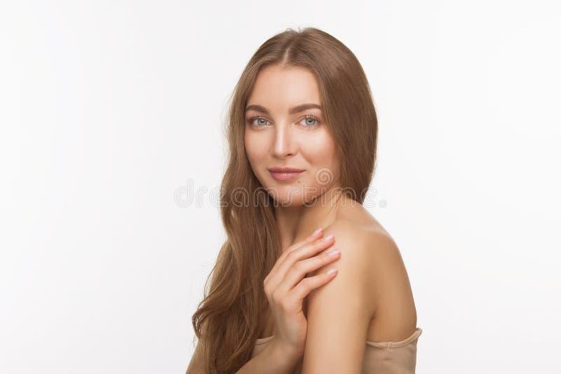 Belle dame modèle au-dessus du fond blanc dans le studio photographie stock