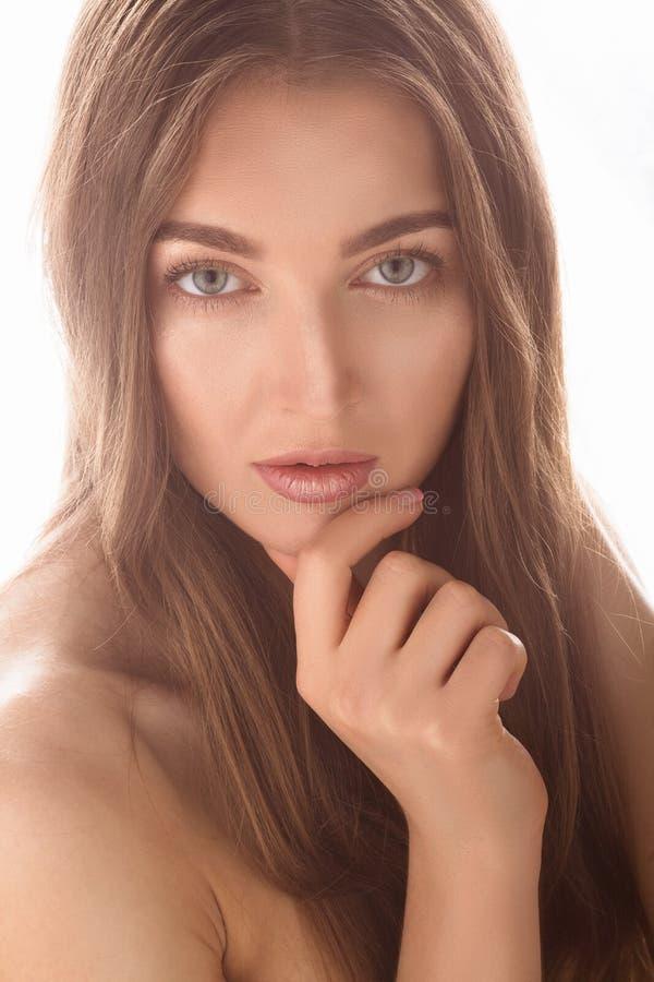 Belle dame modèle au-dessus du fond blanc dans le studio image stock
