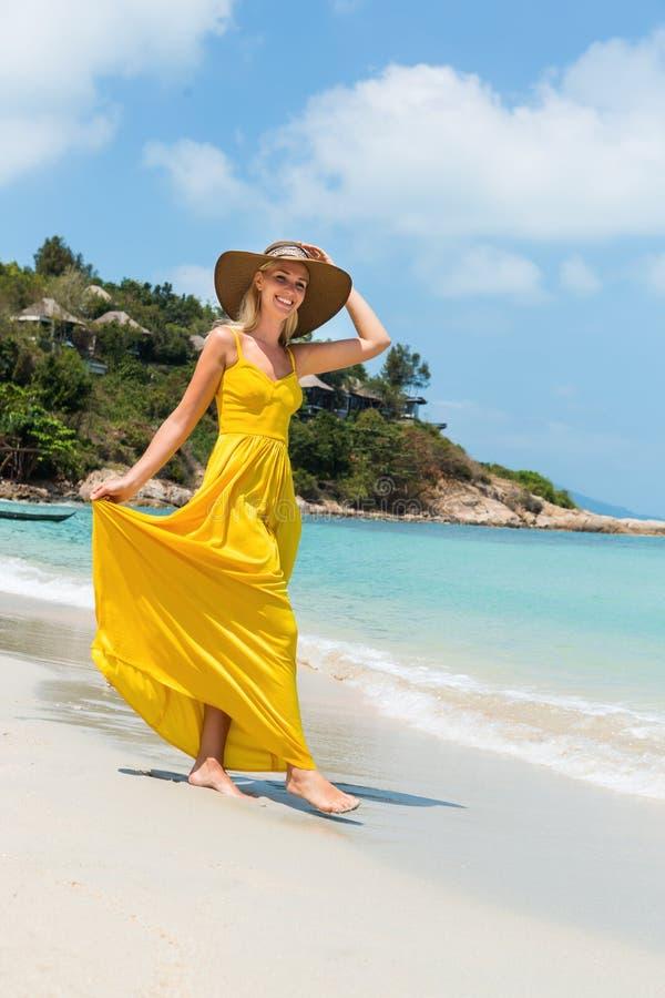 Belle dame sur la plage photographie stock