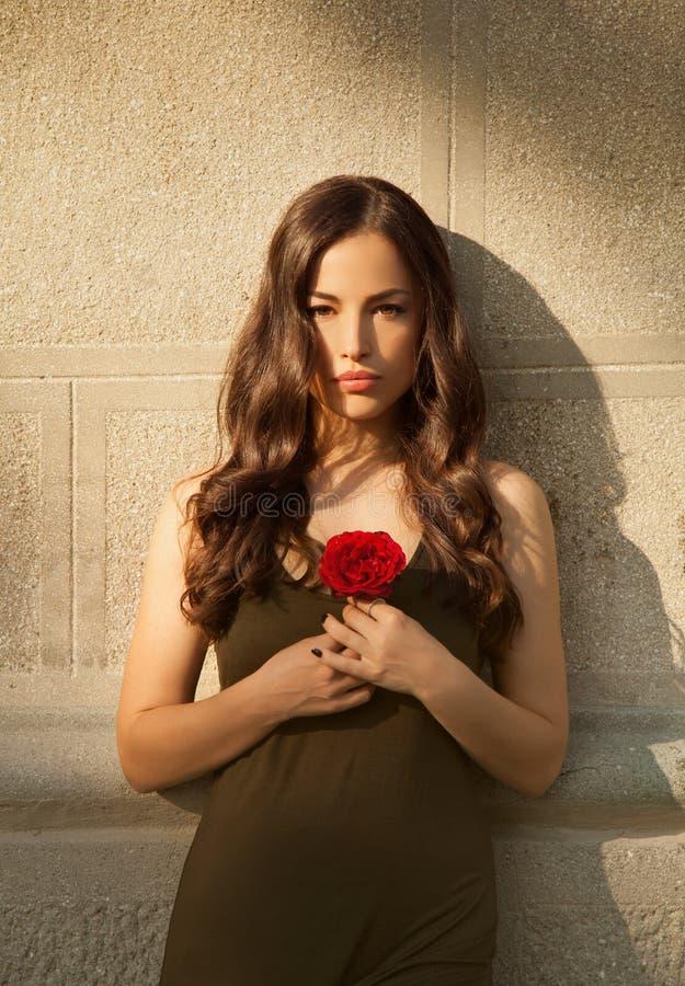 Belle dame tenant la rose de rouge image libre de droits