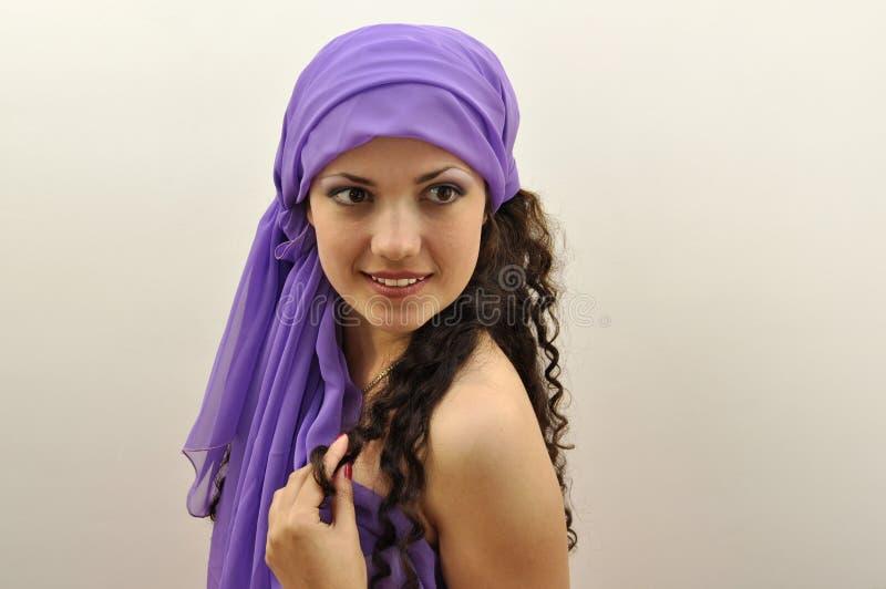 Belle dame utilisant l'écharpe en soie lilas photos libres de droits