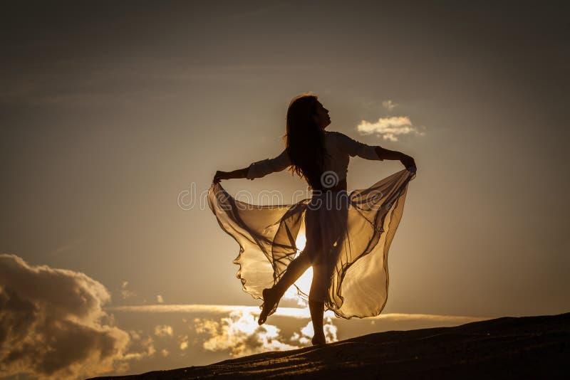 Belle danse de femme au coucher du soleil image libre de droits