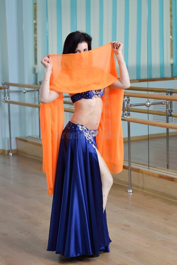 Belle danse de femme dans la danse arabe de costume, d'oriental ou de ventre image libre de droits