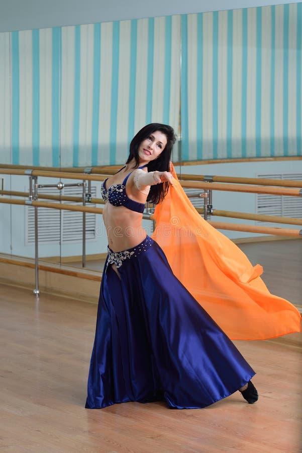 Belle danse de femme dans la danse arabe de costume, d'oriental ou de ventre photos stock