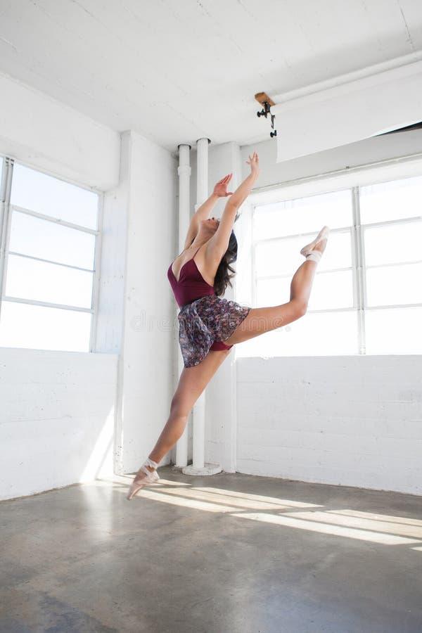 Belle danse de jeune femme dans le studio images stock