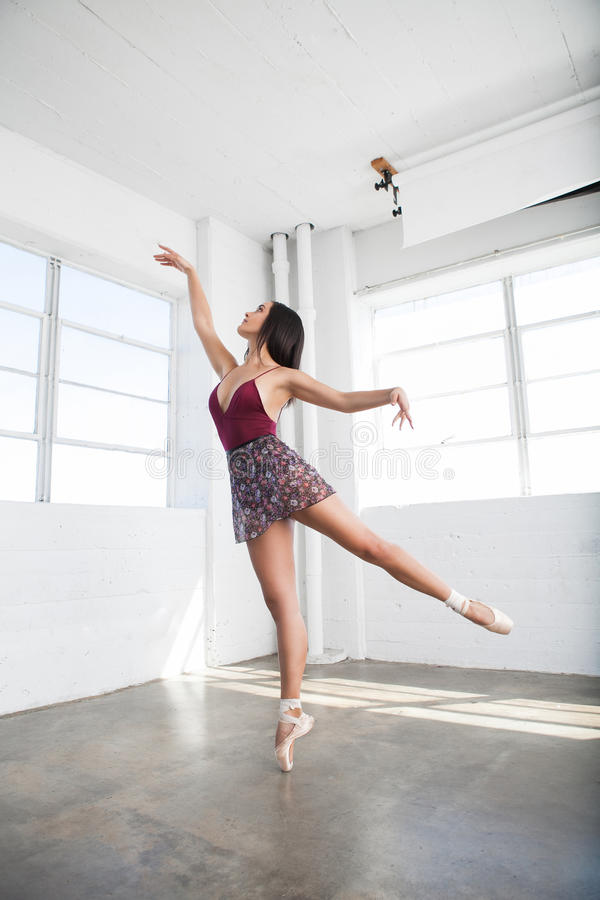Belle danse de jeune femme dans le studio photo stock