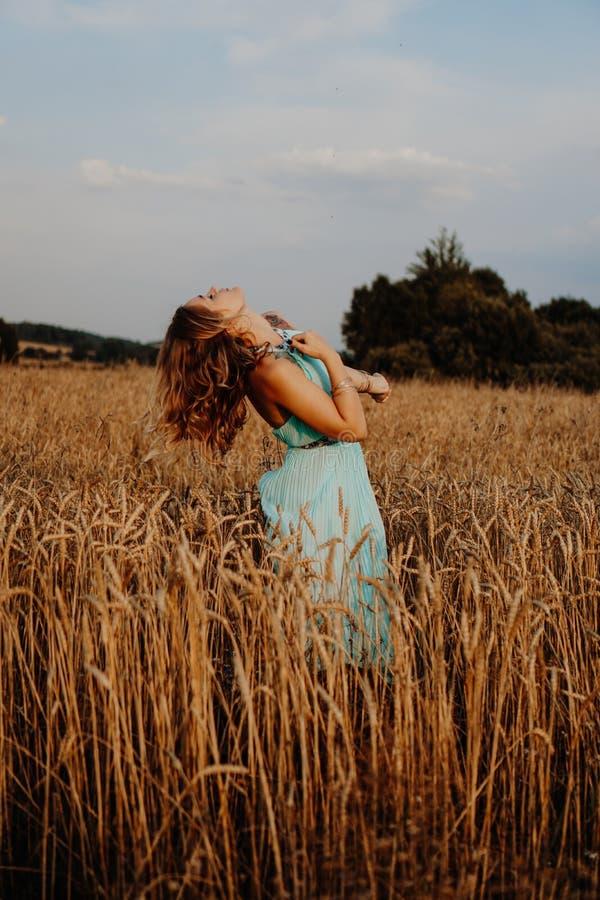 Belle danse de jeune femme en The Field photographie stock