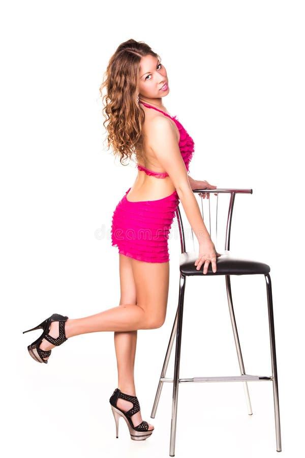 Belle danse sexy de femme avec la chaise de barre photo libre de droits