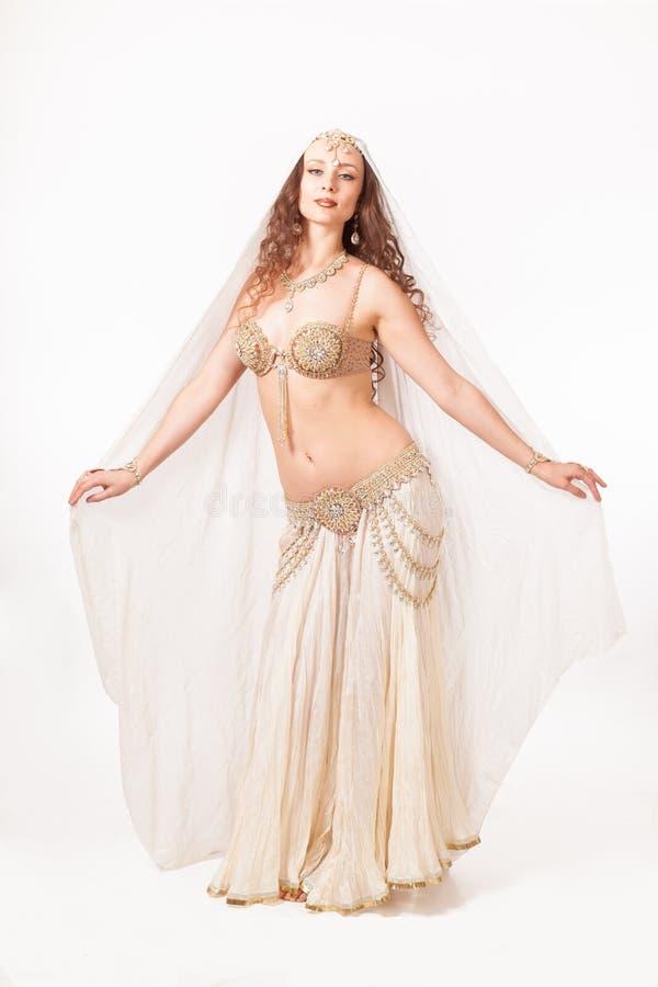 Belle danseuse du ventre dans la pose de madonna photo stock