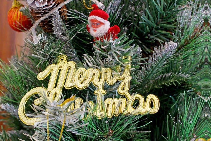 Belle decorazioni dell'albero di Natale; Santa Claus ed il Natale dorato firmano immagine stock libera da diritti