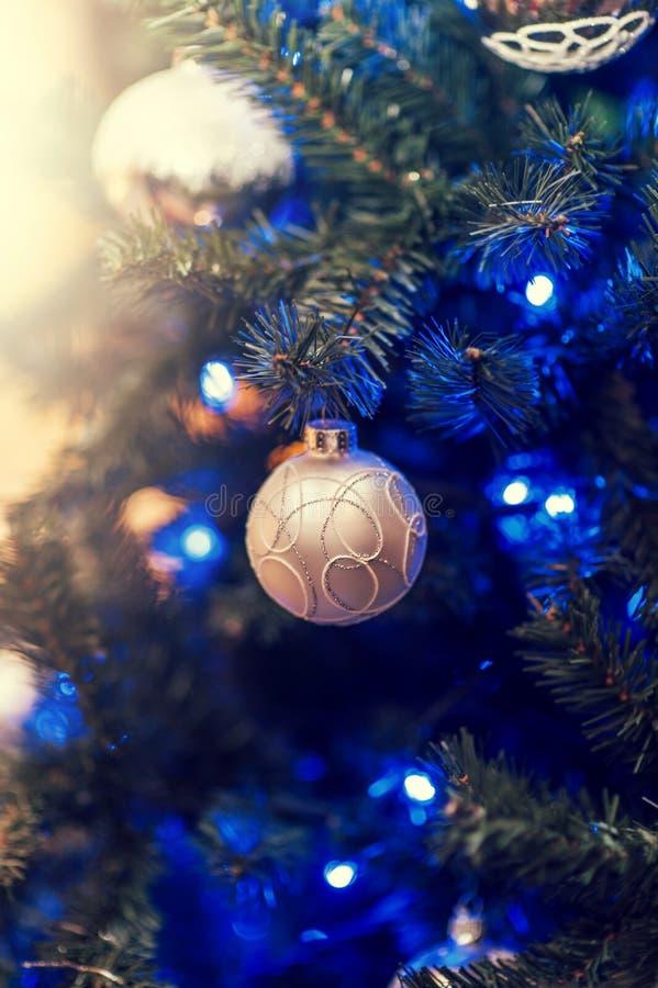 Belle decorazioni di Defocus su un albero di Natale immagini stock libere da diritti