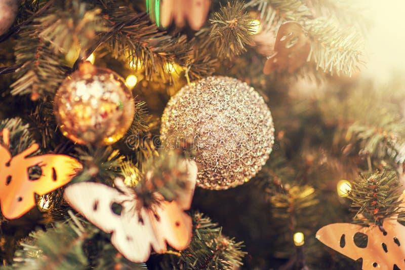Belle decorazioni di Defocus su un albero di Natale fotografia stock