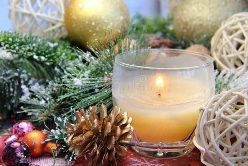 Belle decorazioni di Natale con la candela bruciante immagini stock libere da diritti