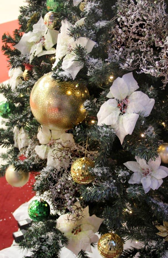 Belle decorazioni di Natale e palle dorate fotografia stock libera da diritti