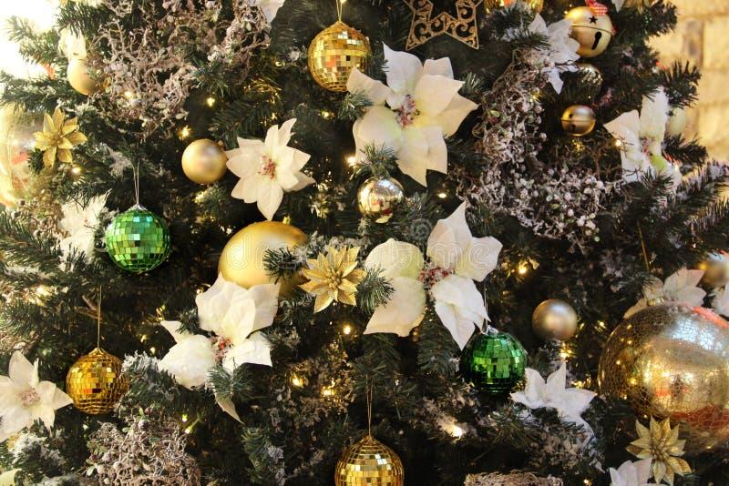 Belle decorazioni di Natale e palle dorate fotografia stock