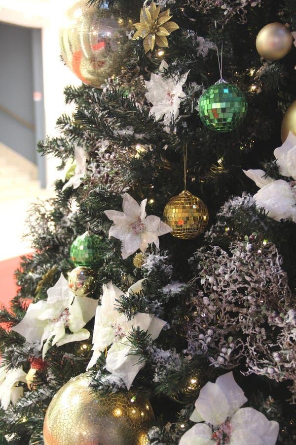 Belle decorazioni di Natale e palle dorate immagine stock
