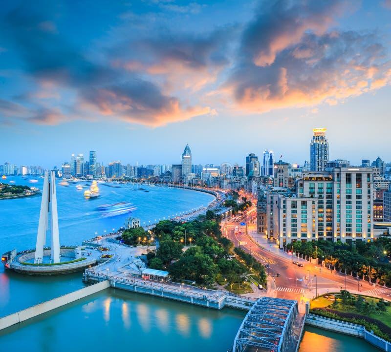 Belle digue de Changhaï avec la lueur de coucher du soleil image libre de droits
