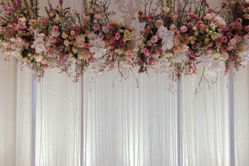 Belle disposition de fleurs de contexte au-dessus du tissu blanc images stock