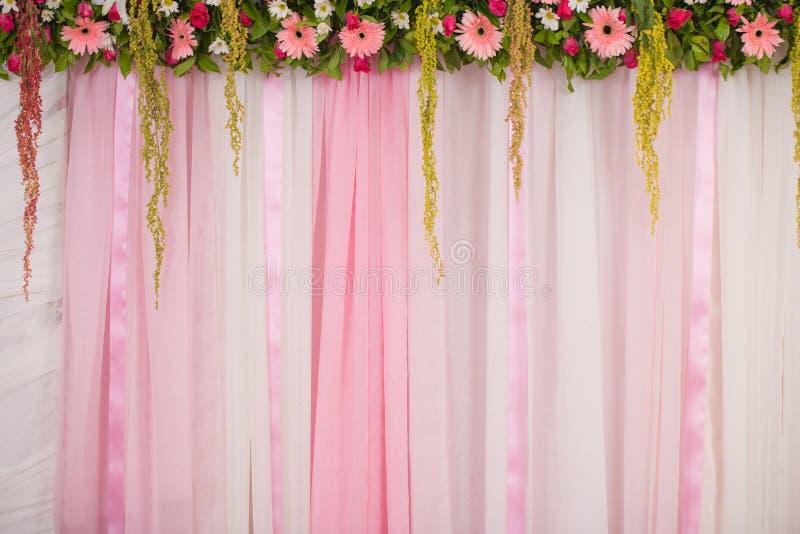 Belle disposition de fleurs de contexte pour la cérémonie de mariage photo libre de droits
