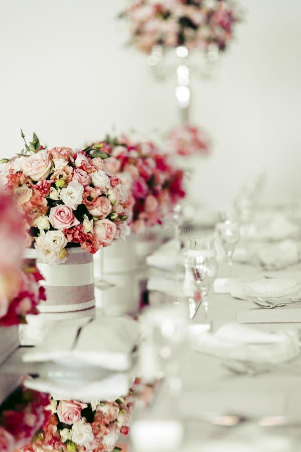 Belle disposition de table de mariage image stock image du c l brez v nement 62442337 - Disposition table mariage ...