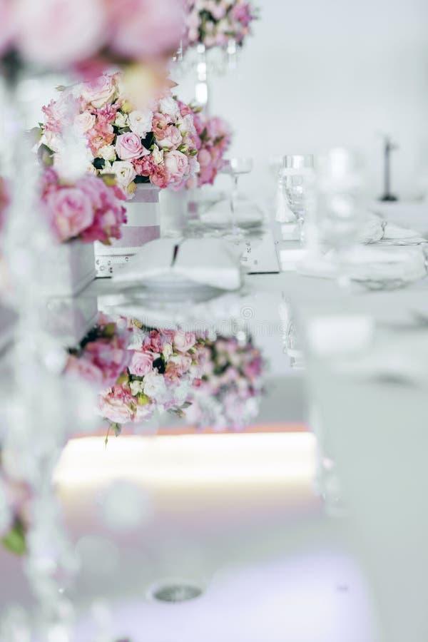 Belle disposition de table de mariage photo stock image du beads romantique 62442504 - Disposition table mariage ...