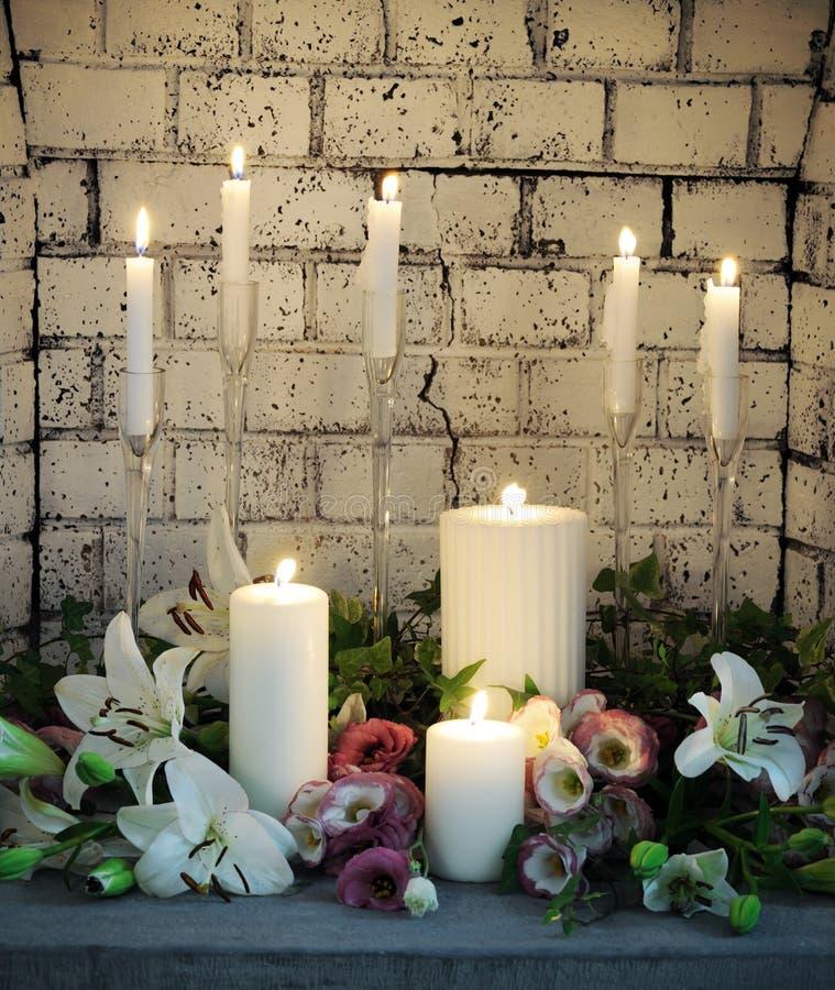 Belle disposition des bougies et des fleurs photos libres de droits