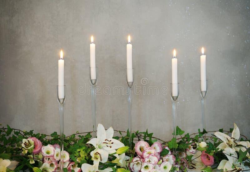 Belle disposition des bougies et des fleurs photographie stock libre de droits