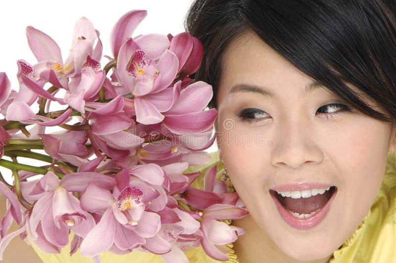 Belle donna ed orchidea fotografia stock