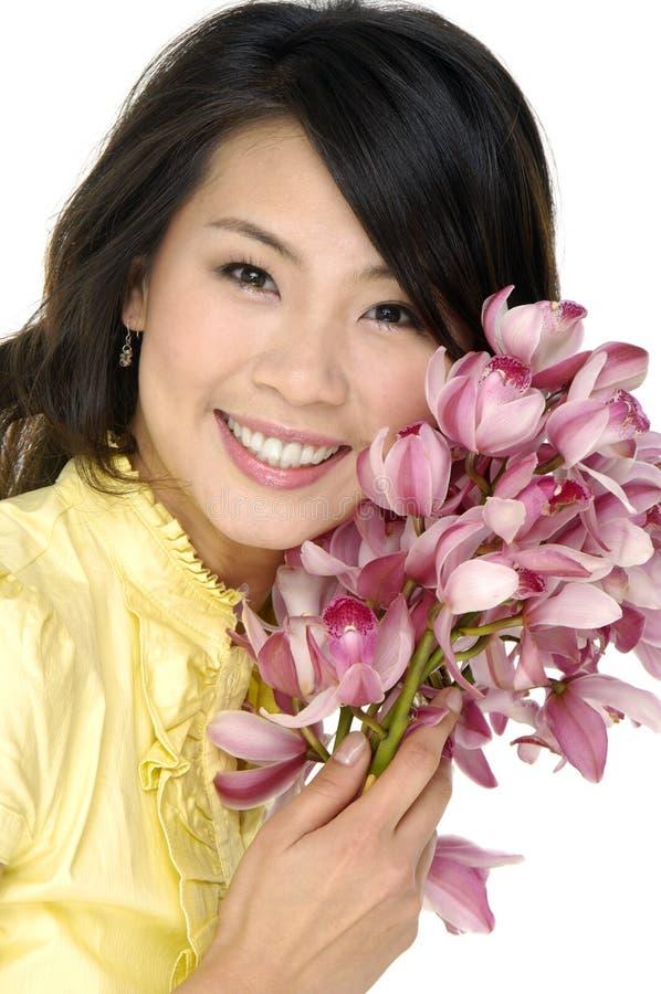 Belle donna ed orchidea immagini stock