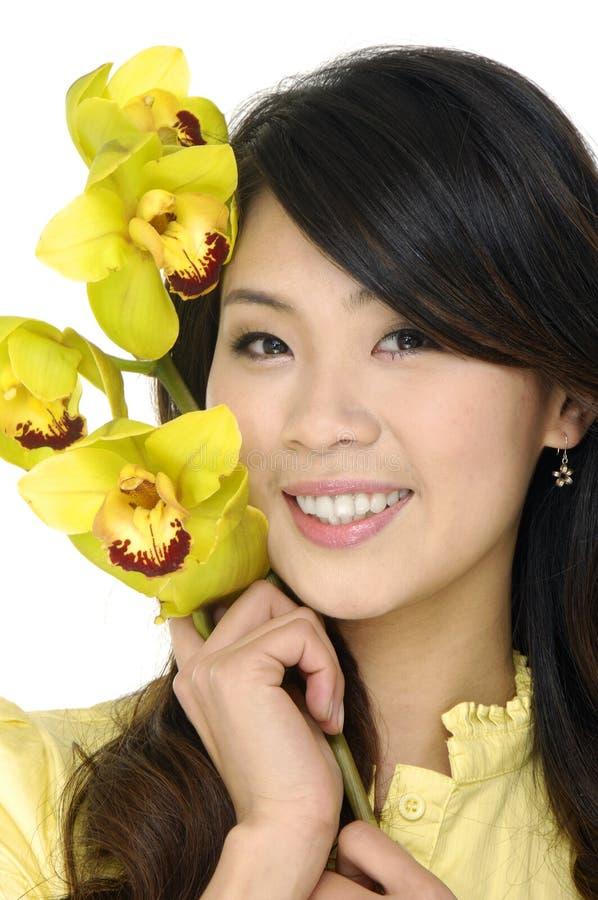 Belle donna ed orchidea fotografie stock