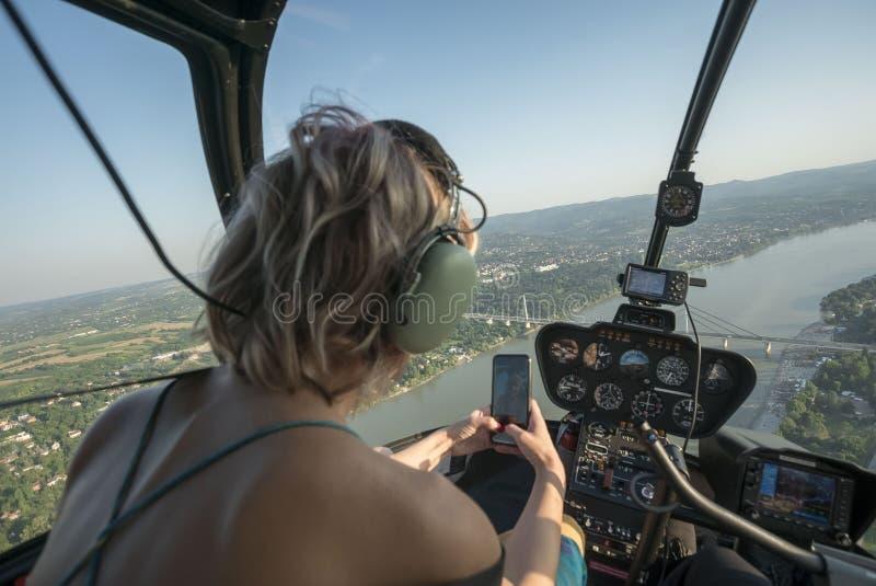 Belle donne bionde che prendono selfie con lo Smart Phone in elicottero immagine stock