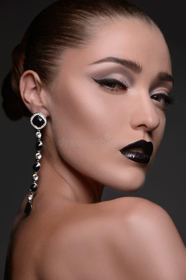 Belle donne con gli orecchini. Ritratto di bello MOD di modo fotografia stock libera da diritti