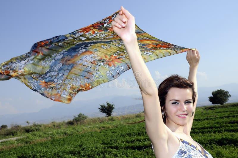 Belle donne con lo scialle di bianco di volo immagine stock libera da diritti