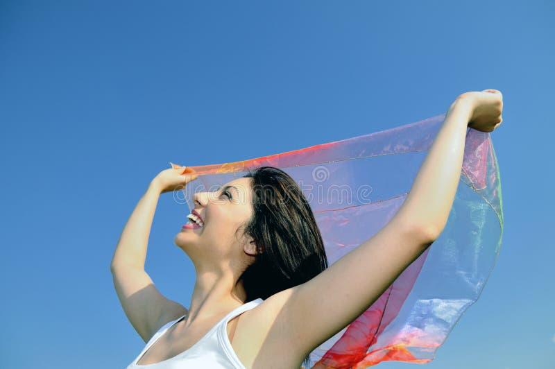Belle donne con lo scialle di bianco di volo fotografie stock libere da diritti