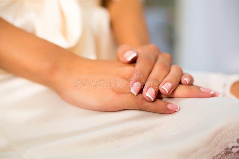 Belle donne con manicure francesi sullo sfondo della lingerie fotografia stock
