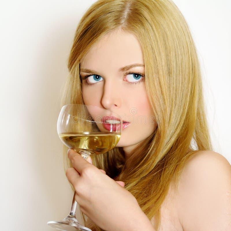 Belle donne con vino di vetro fotografia stock libera da diritti
