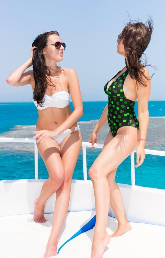 Belle donne in costume da bagno che sta sull 39 yacht ad una somma soleggiata fotografia stock - Donne che vanno in bagno a cagare ...