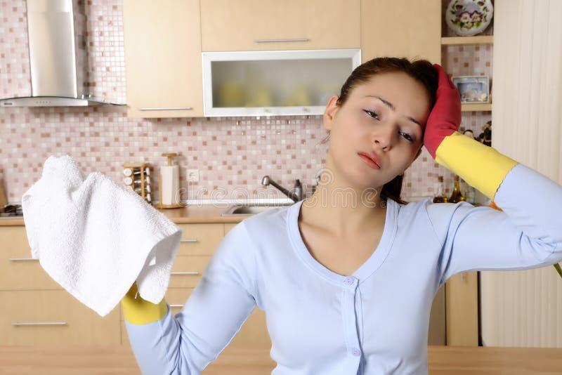 Belle donne faticose dopo la pulitura della casa fotografia stock