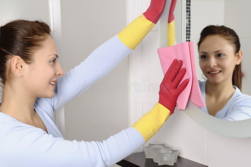 Belle donne felici dopo la pulitura della casa immagine stock