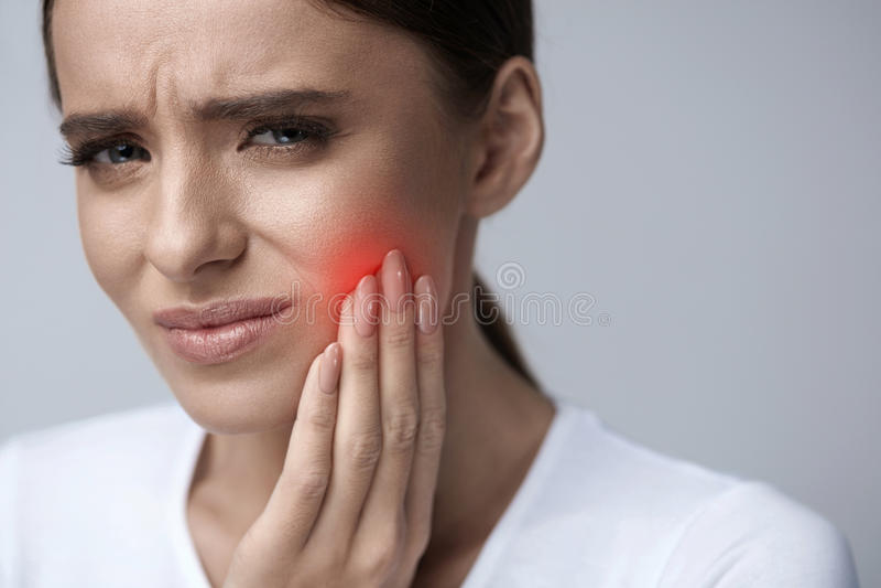 Belle douleur de dent de sentiment de femme, mal de dents douloureux santé photographie stock libre de droits
